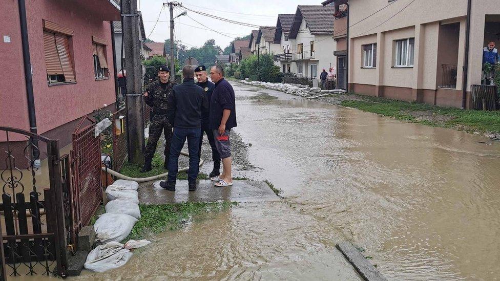 Zbog poplave koje su pogodile zapadni deo Srbije, u 20 gradova i opština je proglašena vanredna situacija