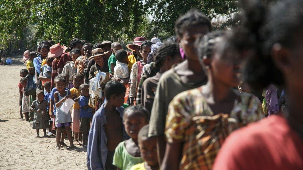 Comunidades que sufren de desnutrición por la sequía en Madagascar esperan asistencia en una fila, septiembre 2021
