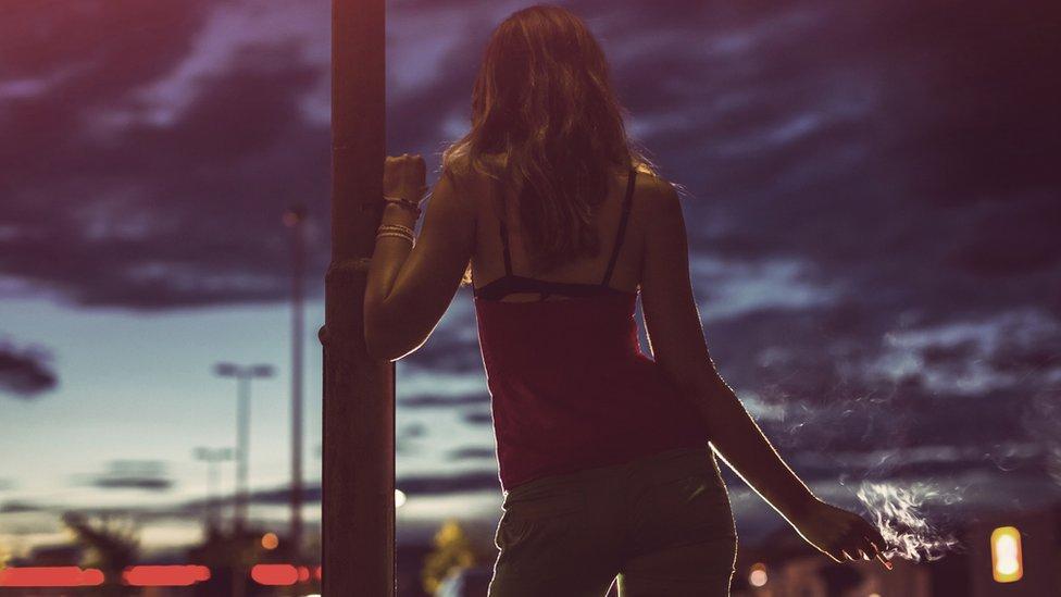 Mujer esperando en la calle