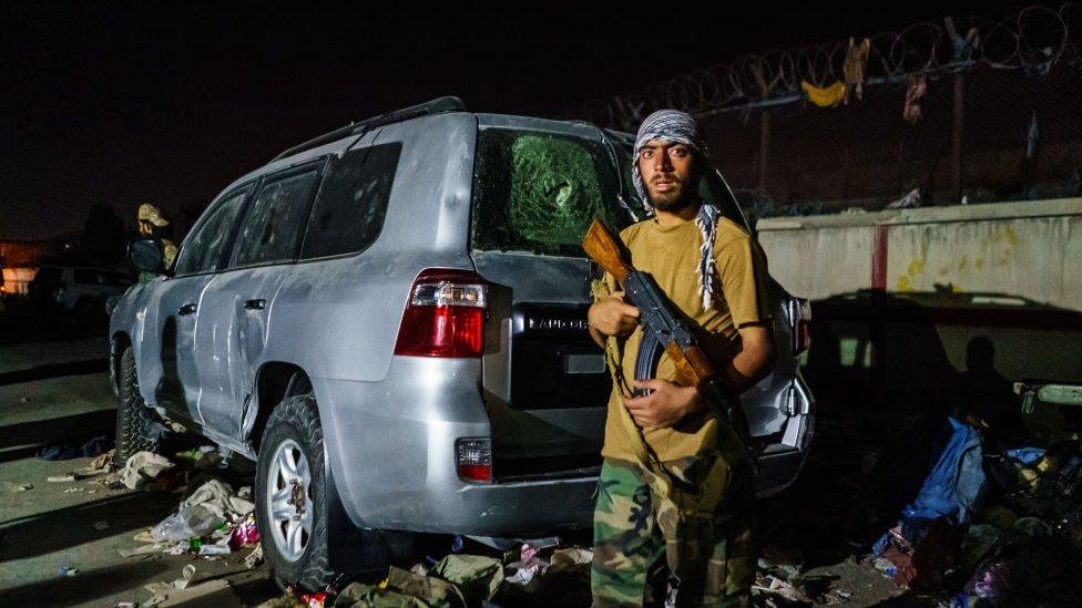 Guardia Talibán en las inmediaciones del aeropuerto de Kabul este jueves.