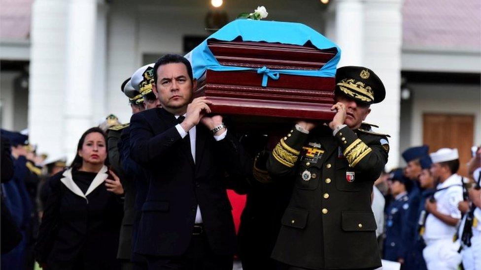 Morales en el funeral de un soldado.