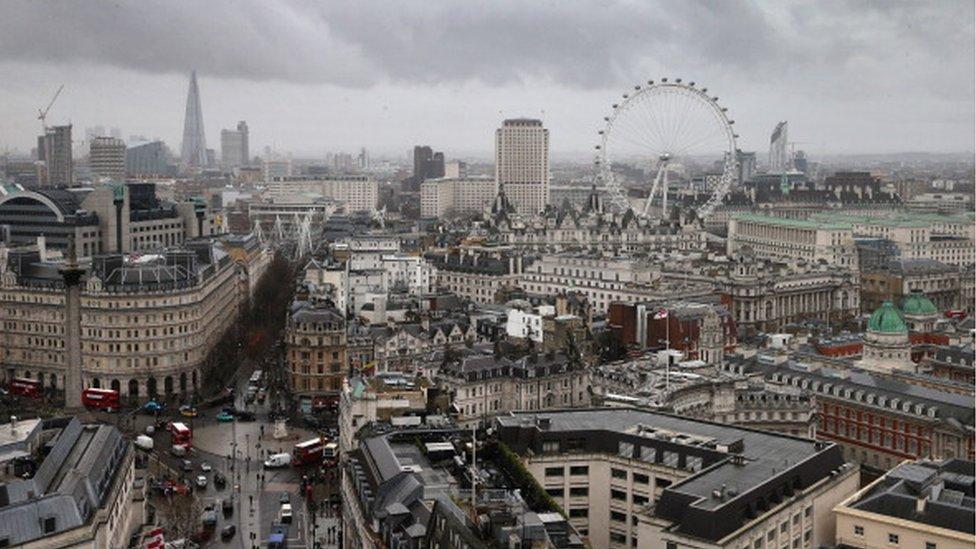 Las rutas aéreas desde o hacia Londres son la que más ingresos generan.
