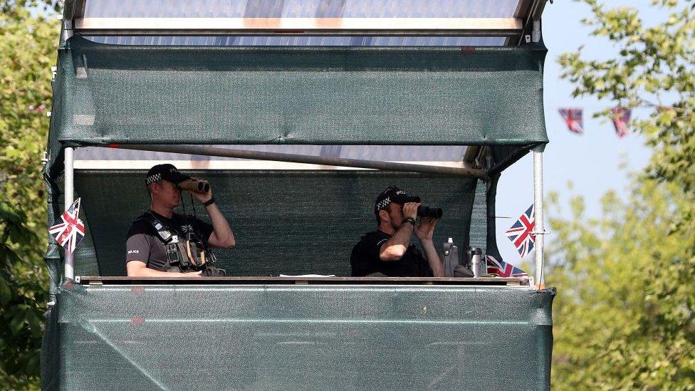 Policías en torre de vigilancia.