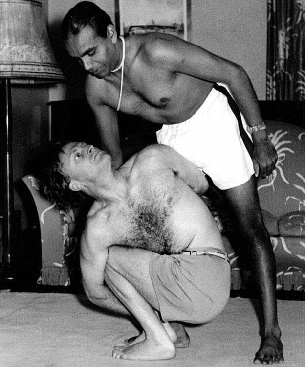 Yehudi Menuhin y BKS Iyengar haciendo yoga