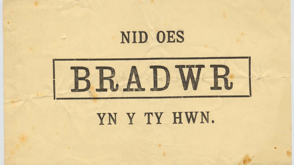 Sign reading: Nid Oes Bradwr Yn Y Ty Hwn (Trans: No Traitor In This House)