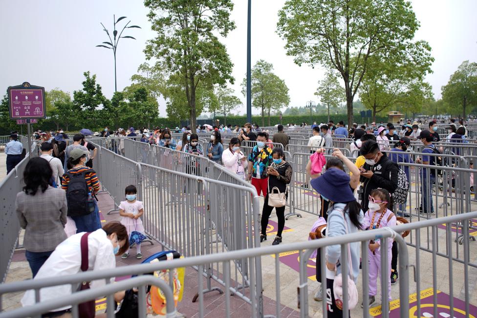 Posetioci nose maske i čekaju red da uđu u Diznilend u Šangaju
