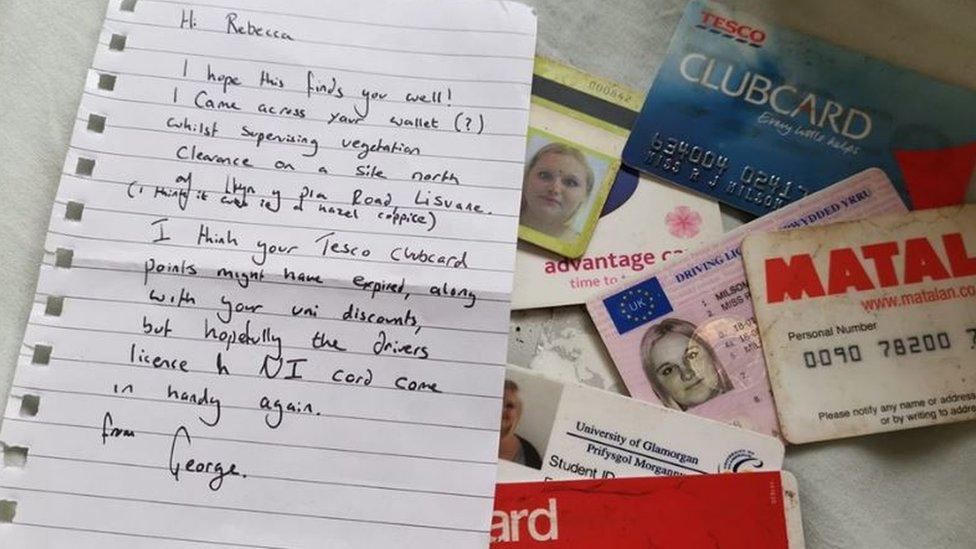 La carta y las tarjetas que George encontró de devolvió a su dueña.