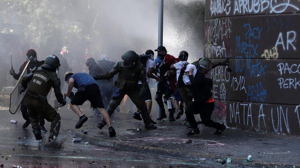 Enfrentamientos entre la policía y los manifestantes en Santiago