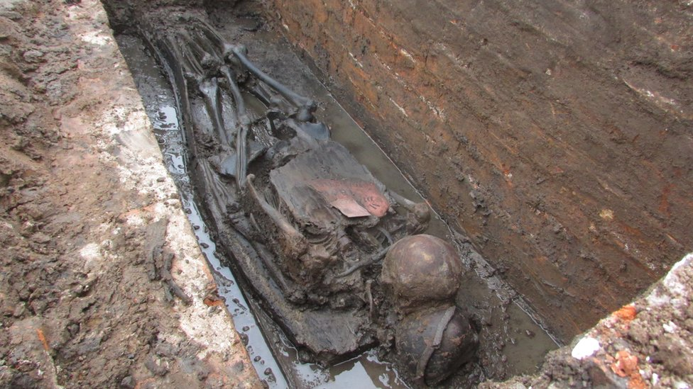 Two skeletons in a grave