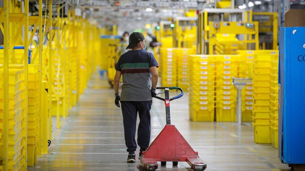 Un empleado en un almacén de Amazon