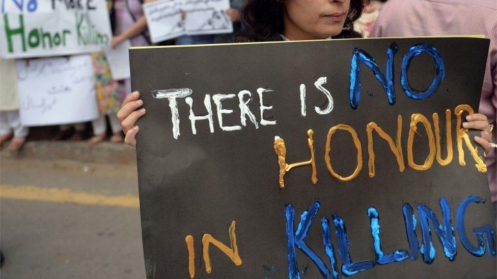 """متظاهرة في العاصمة الباكستانية إسلام اباد تحمل لافتة مكتوب عليها """"لا شرف في القتل"""""""