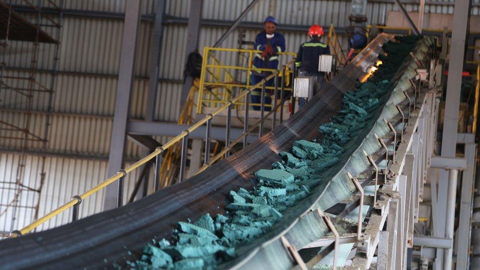Una cinta transportadora lleva trozos de cobalto después de su procesamiento inicial en una planta en Lubumbashi, RDC.