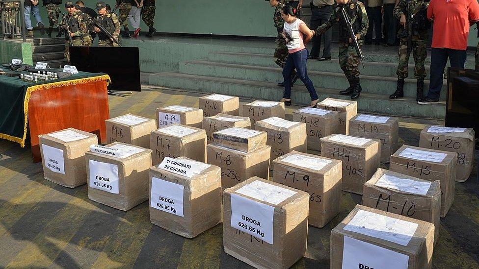 Incautación de cajas de cocaína en Perú.