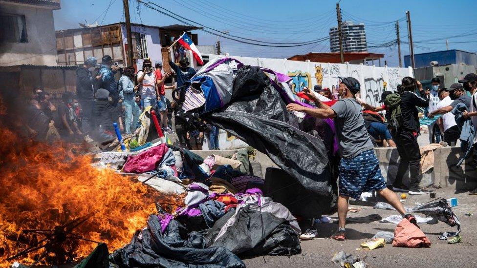 La marcha terminó con la quema de propiedades de los migrantes.