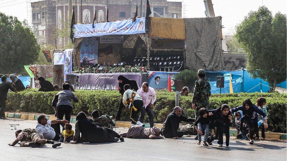 Vojnici, žene i deca trče tokom napada