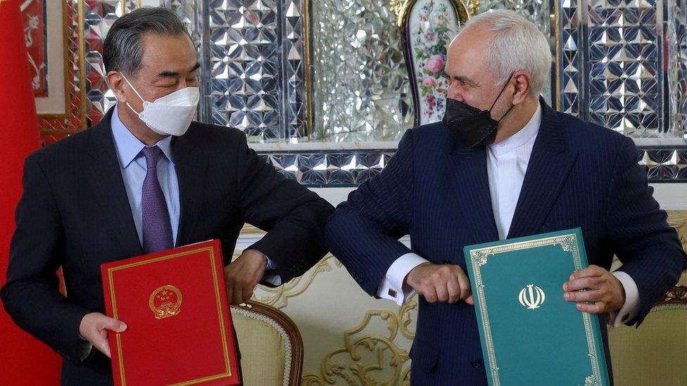 وزير الخارجية الصيني وانغ يي، ونظيره الإيراني جواد ظريف وقعا الاتفاق في 27 مارس/آذار الجاري