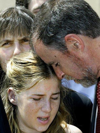 Los padres y la hermana de John Walker Lindh entristecidos tras la condena a Lindh en 2002