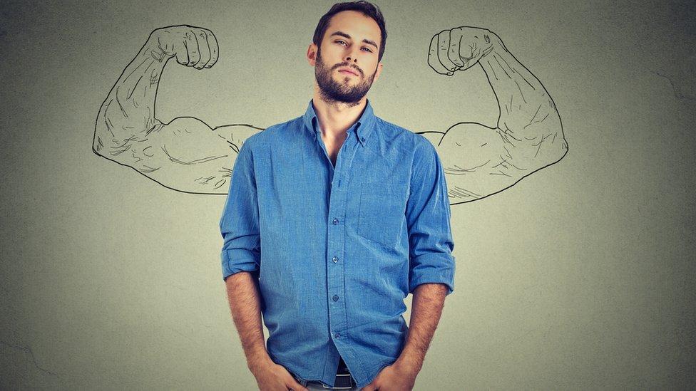 Foto genérica de un hombre mirando a la cámara con unos brazos fuertes dibujados detrás