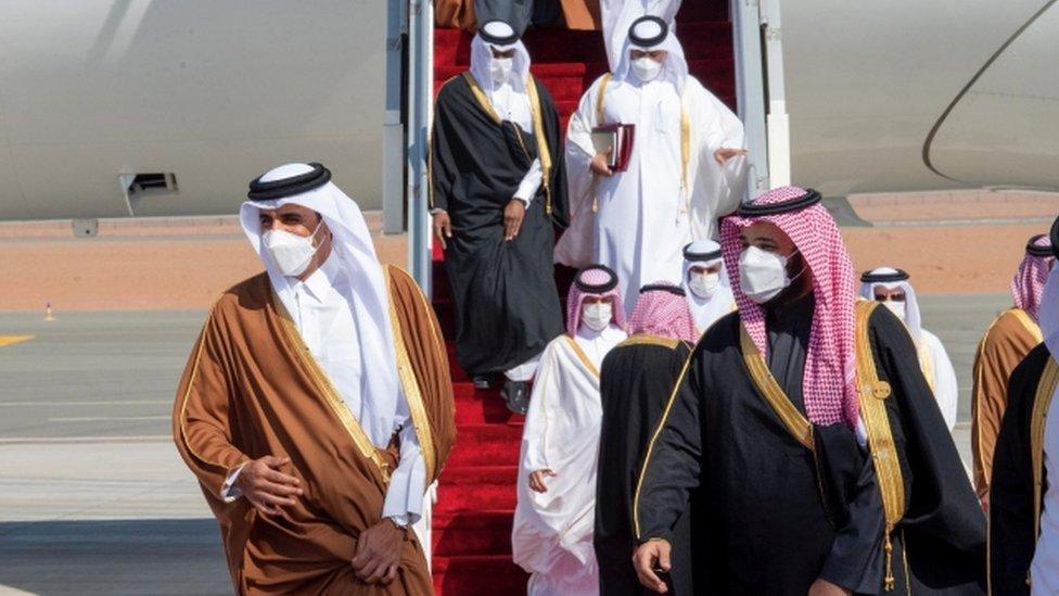 لحظة وصول أمير قطر واستقباله من ولي العهد السعودي