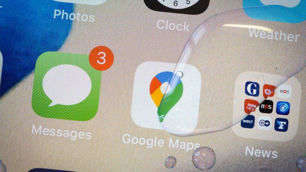 Gotas de agua en una pantalla de celular