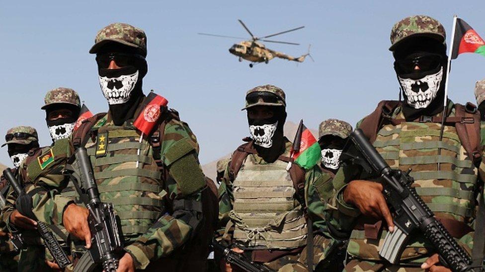 Perwira dan tentara unit komando pasukan khusus Afghanistan menghadiri upacara kelulusan di akademi militer di Kabul, Afghanistan