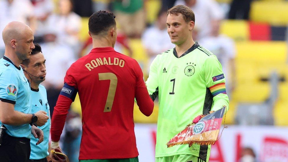 Dva kapitana. Ronaldu i Noйer (s radužnoй kapitanskoй povяzkoй)