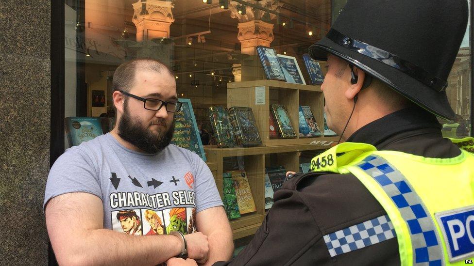 ألقت الشرطة القبض على بول كراوثر الذي رمى مشروب الكوكتيل على نايجل فاراج في نيوكاسل
