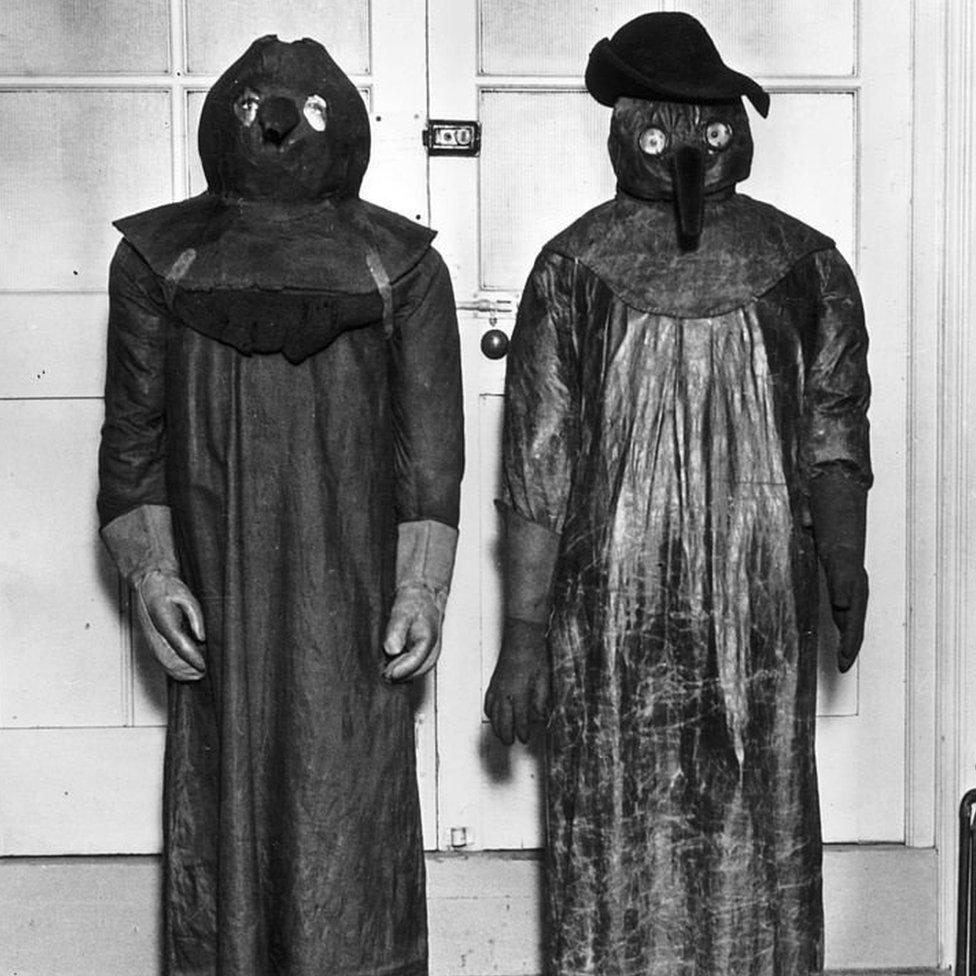 Los horribles trajes que usaban los médicos durante la plaga.