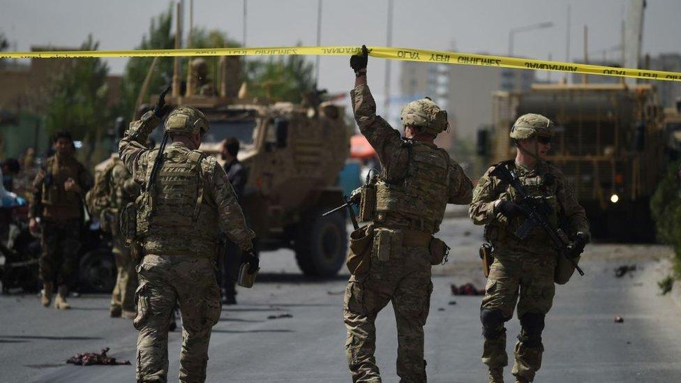 Soldados estadounidenses llegan al sitio de un ataque con coche bomba contra un convoy de la OTAN en Kabul, 24 de septiembre de 2017