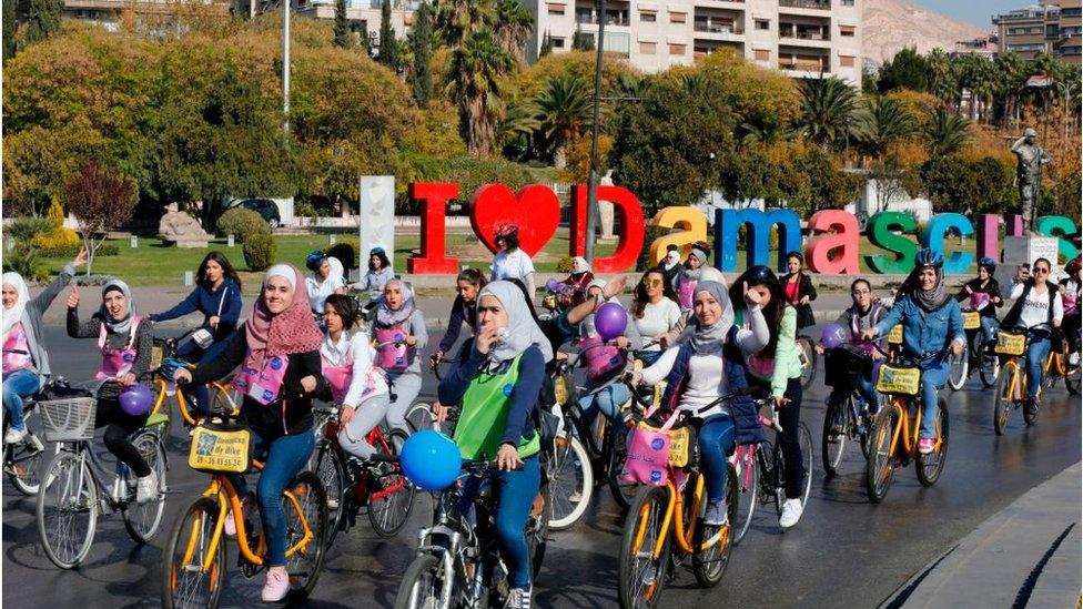 دمشق - ديسمير/كانون الأول 2017 نساء يقدن دراجات هوائية