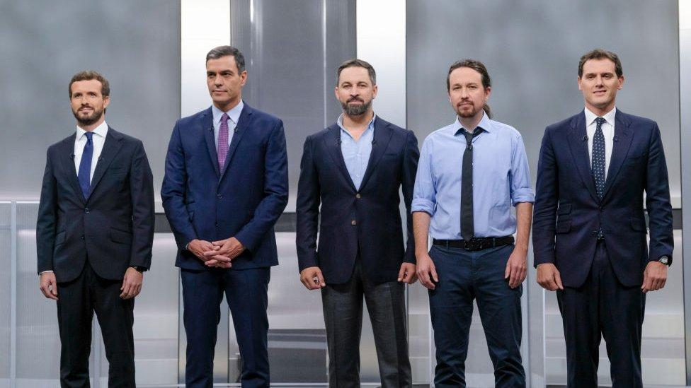 Los cinco principales candidatos durante un debate electoral.