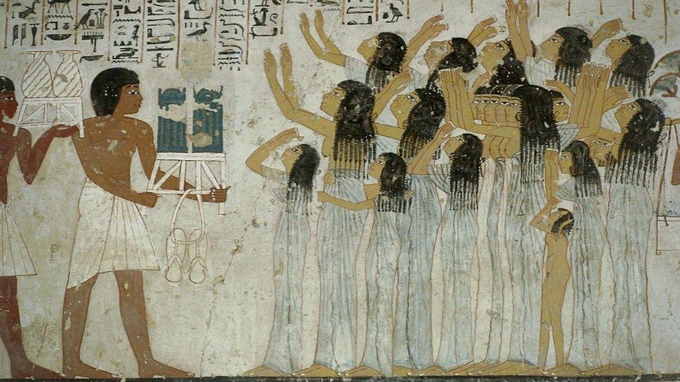 مشهد لمراسم جنائزية، مع وجود النائحات، رسم على جدران مقبرة الوزير رعموزا (رع مس)، الأسرة الـ 18