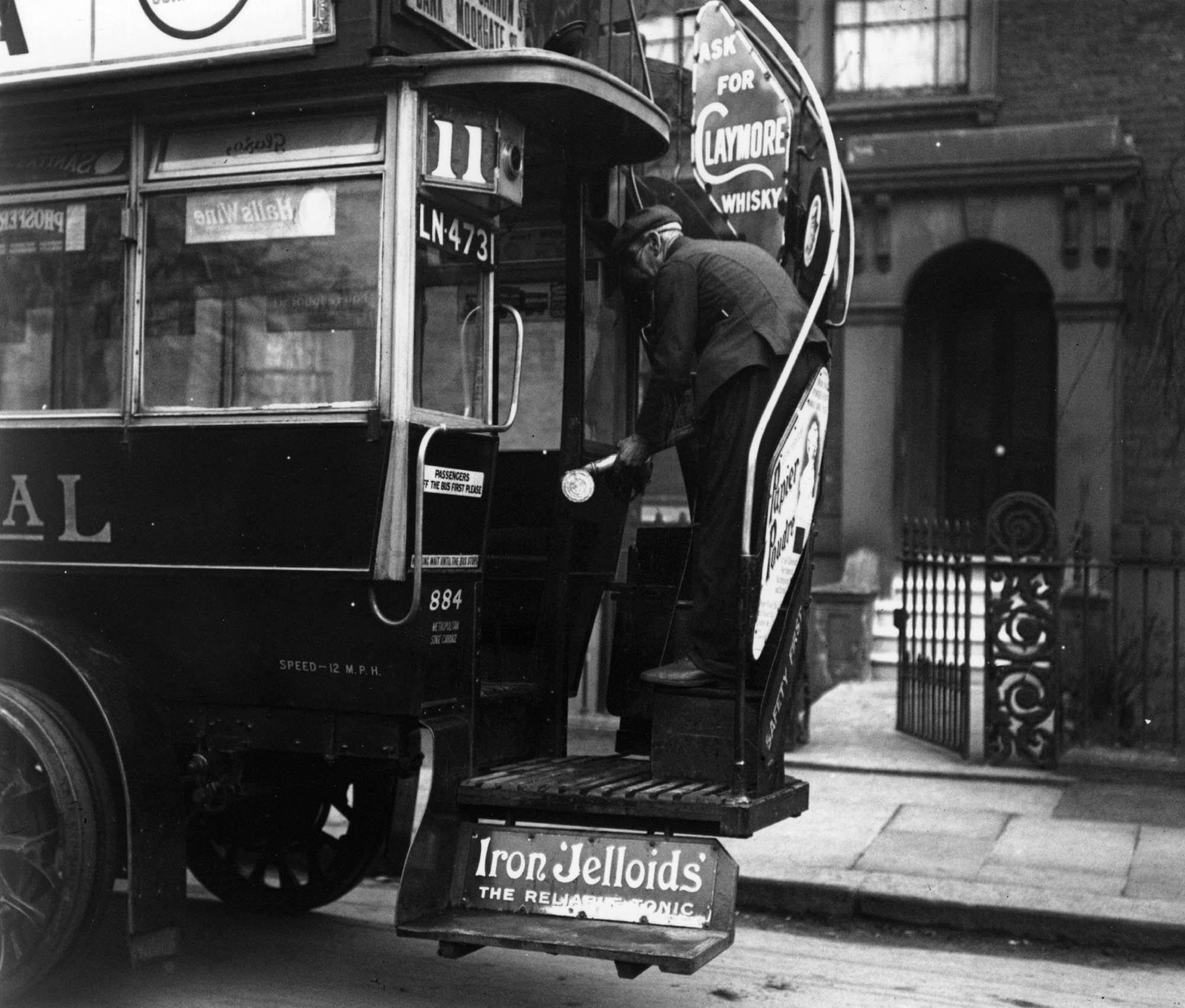 Mart 1920'de Londra'da bir görevli, otobüsü dezenfekte ederken
