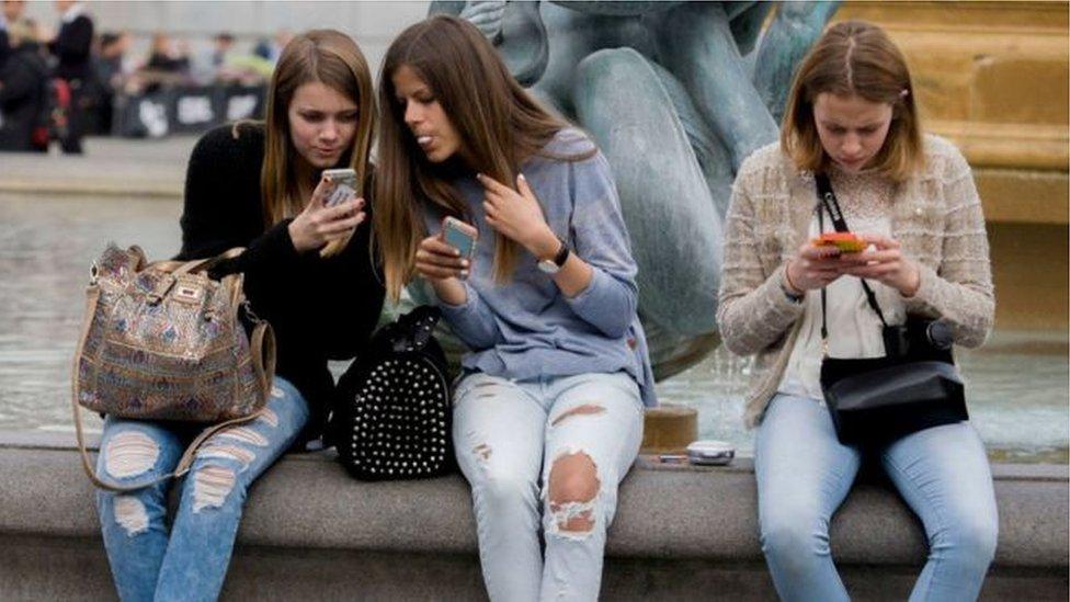 فتيات شابات مع هواتف