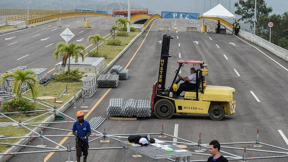 """Las labores para preparar el concierto """"Venezuela Aid Live"""", impulsado por Richard Branson, avanzan en el puente internacional Tienditas, en Cúcuta, Colombia."""