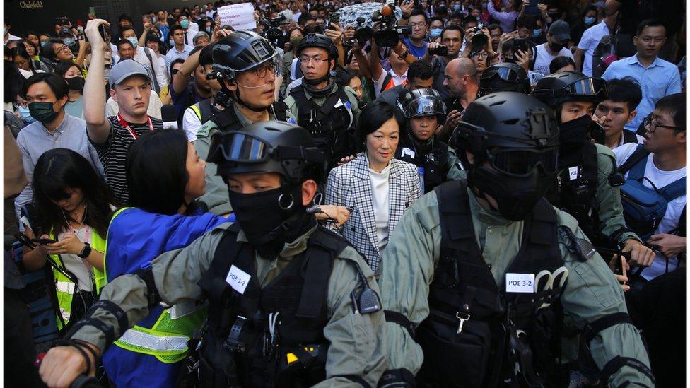 選舉翌日,建制派議員葉劉淑儀被示威者指罵,要警員護送離開。