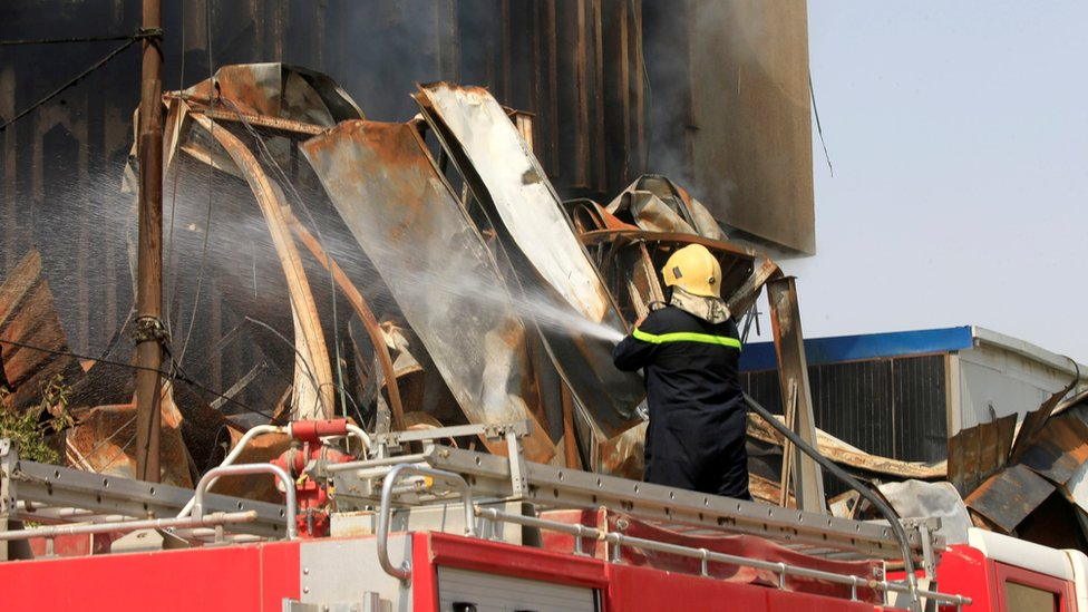 دخان نيران أشعلت في مبنى محافظة البصرة