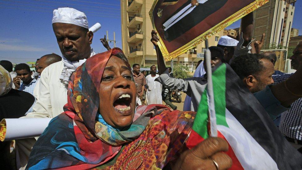Beşir destekçileri kararı protesto ederken