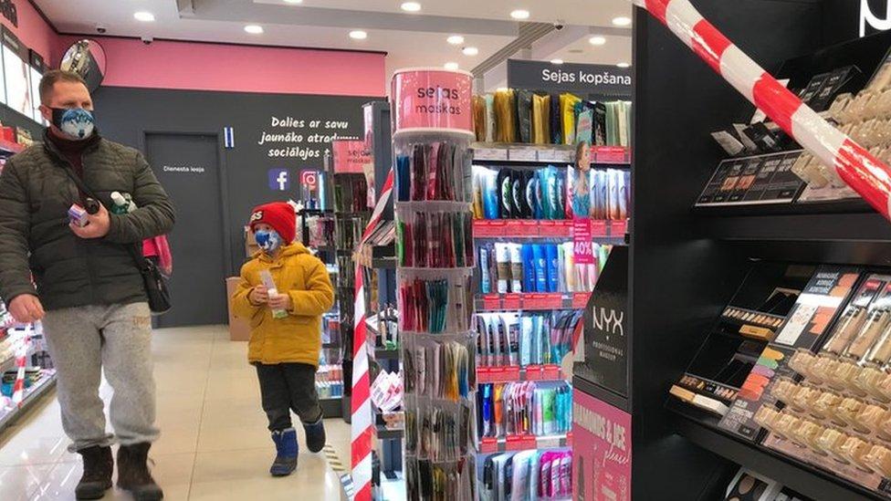 Носки можно, а крем для обуви - нет. В магазинах Латвии возник хаос из-за Covid-19