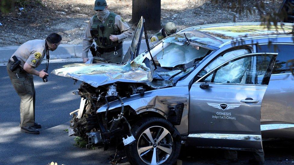 أفراد بالشرطة يفحصون السيارة