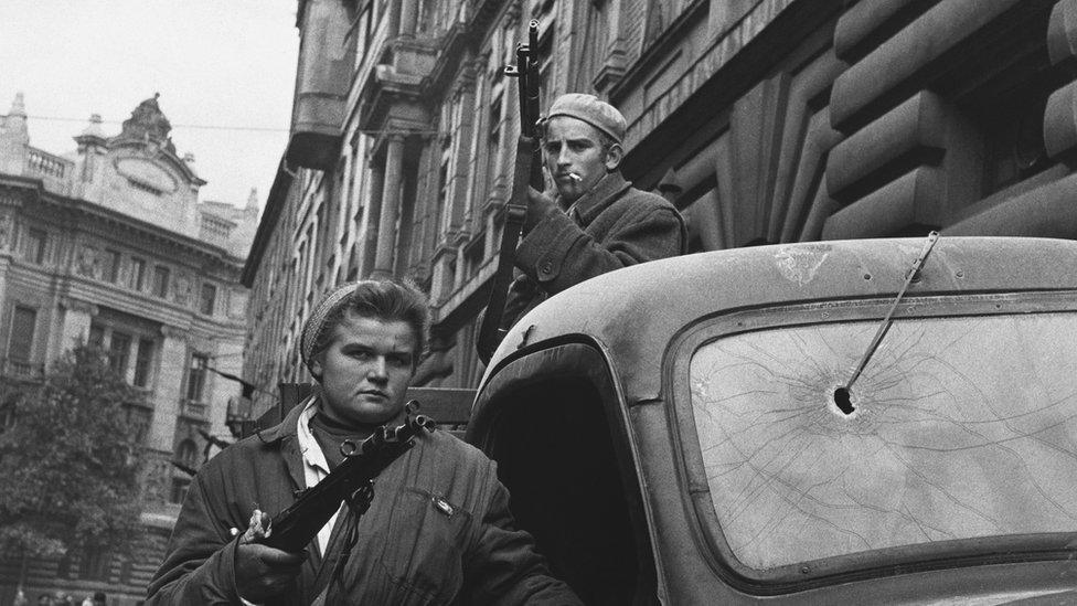 Dos guerrilleros húngaros en 1956 NO USAR / BBC