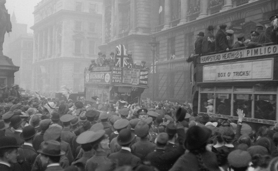 Celebraciones por el Día del Armisticio en Londres en 1918.