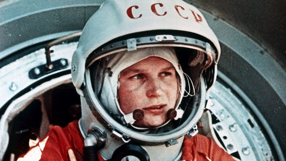 La cosmonauta soviética Valentina Tereshkova, la primera mujer en el espacio, frente a la cápsula Vostok 6, junio de 1963.