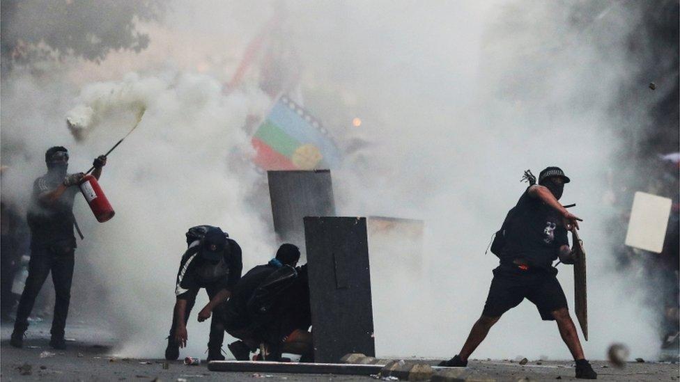 Las multitudinarias protestas pacíficas dieron paso a choques entre manifestantes y agentes del orden.