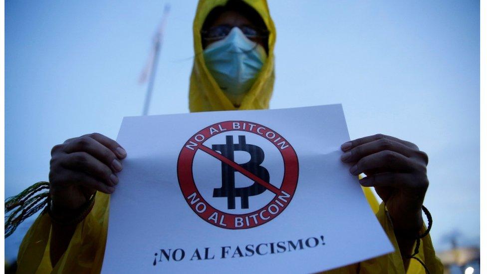 Manifestante que está en contra de la implementación del bitcón como moneda de intercambio en El Salvador