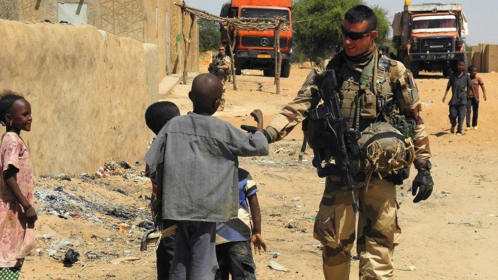 2017年,法國在馬里的部隊士兵與當地兒童