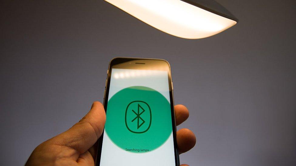 La conexión vía Bluetooth se dificulta cuando tiene que atravesar paredes y otras barreras.