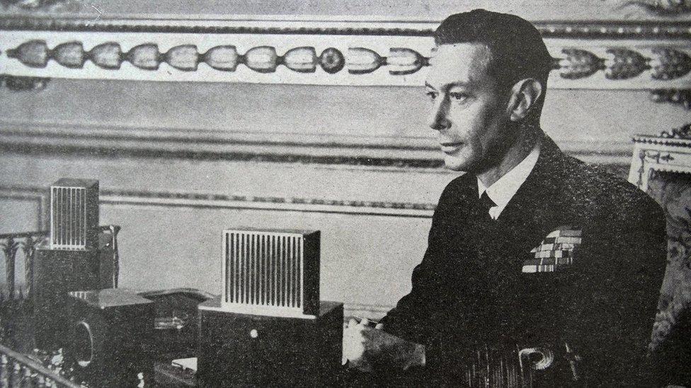 El rey Jorge VI durante un discurso radiofónico.