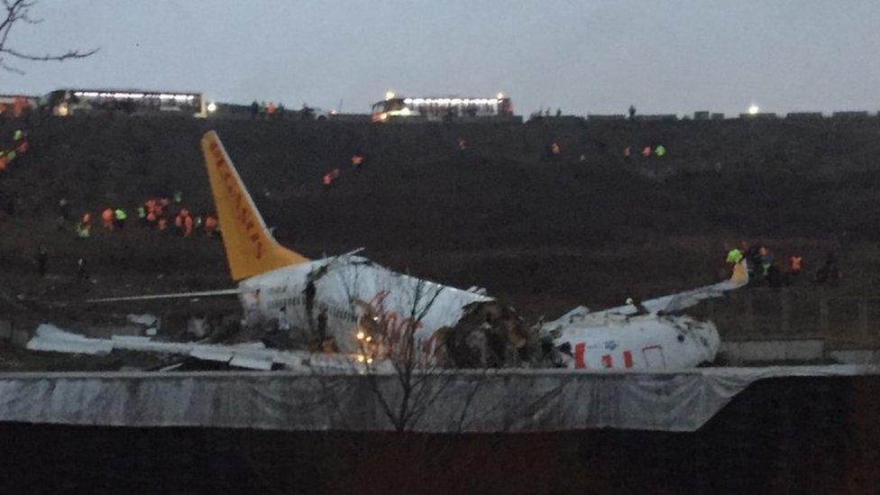 Un avión fragmentado en Estambul