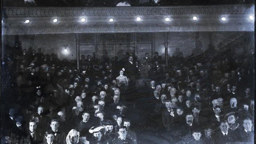 O zamanlar Graham Opera Evi ismiyle bilinen binada 1899 yılından bir gösterim